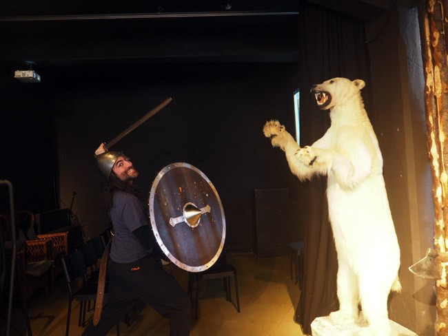 hee hee fighting a bear
